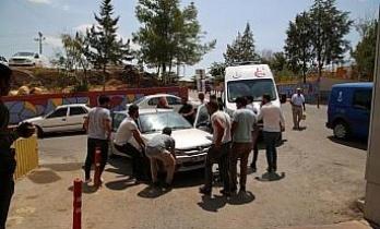Acil servisin girişini engelleyen otomobil vatandaşlarca kaldırıldı