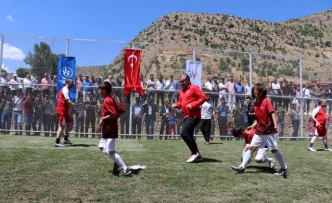 Yere düşen Türk bayrağını dalgalandıran Şırnaklı çocuklarla maç yaptı