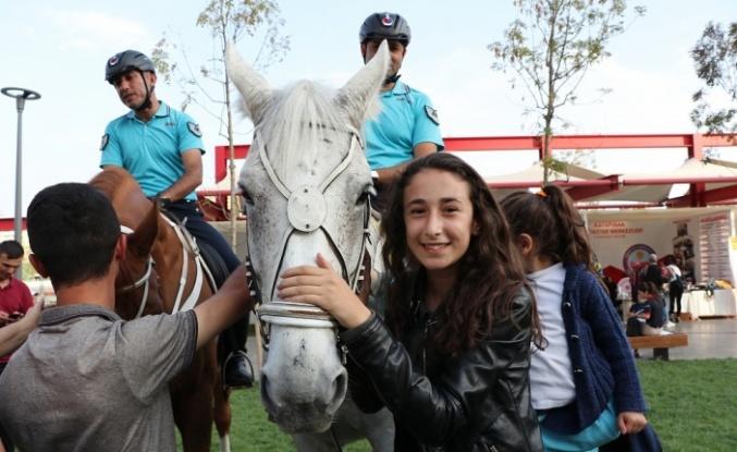 Atlı jandarmalar Diyarbakırlı çocukların ilgi odağı oldu