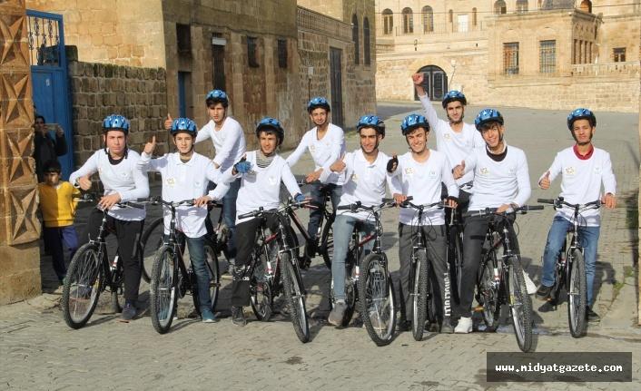 Midyat'ta Gençler Pedal çevirerek tarihi mekanları fotoğraflıyor